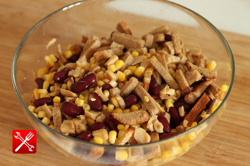 Салат с сухариками и фасолью и кукурузой и грибами